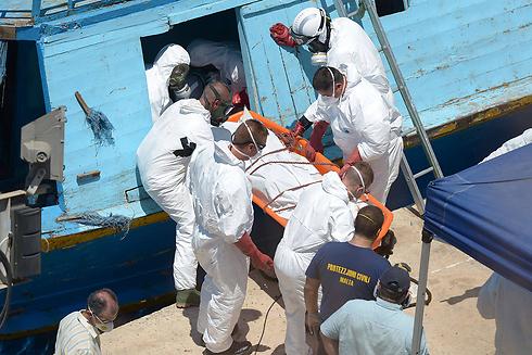 חילוץ נפגעים מהספינה (צילום: AFP)