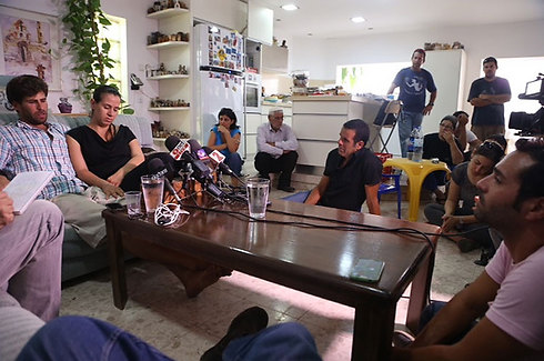 Doron and Gila Tregerman address the press (Photo: Motti Kimchi)