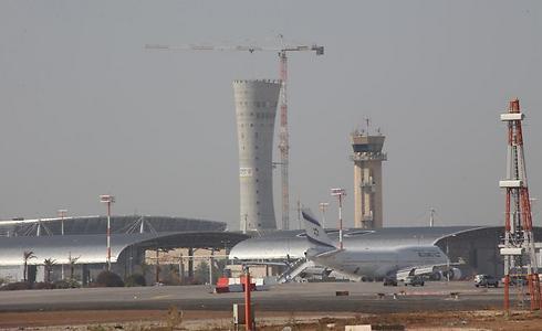 במרכז: מגדל הפיקוח החדש שנבנה בימים אלה (צילום: שאול גולן)
