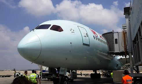 """מטוס אייר קנדה מחובר לשרוול בנתב""""ג (דני שדה)"""