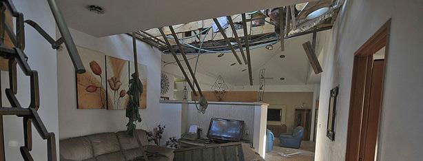 פגיעת הרקטה בבית באשקלון (צילום: אבי רוקח)