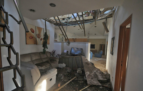 Damage caused to Ashkelon home (Photo: Avi Rokach) Photo: Avi Rokach