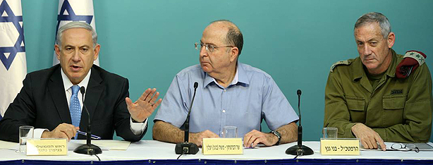 Netanyahu, Ya'alon, and Gantz speak to press during op (Photo: Amit Shaabi)