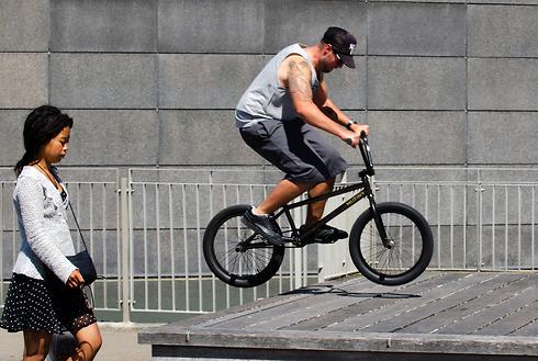 נחושים להצליח גם כשפחות נוח. רוכבי אופניים (צילום: shutterstock)