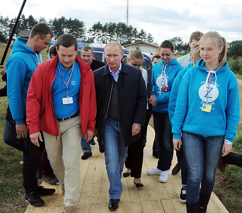 Putin meets with teens at a summer camp. (Photo: AFP) (Photo: AFP)