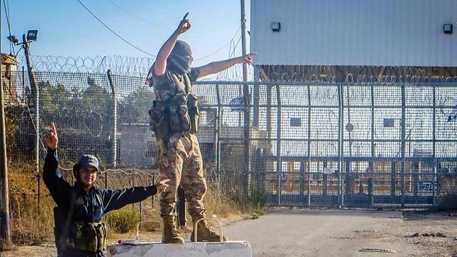 Rebels on Golan border crossing with Israel