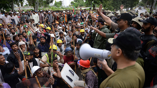 Pakistani soldiers blocking protesters (Photo: AFP)