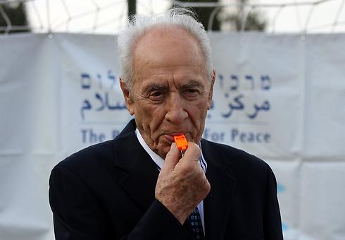 Peres blows the opening whistle (Photo: Roi Idan)