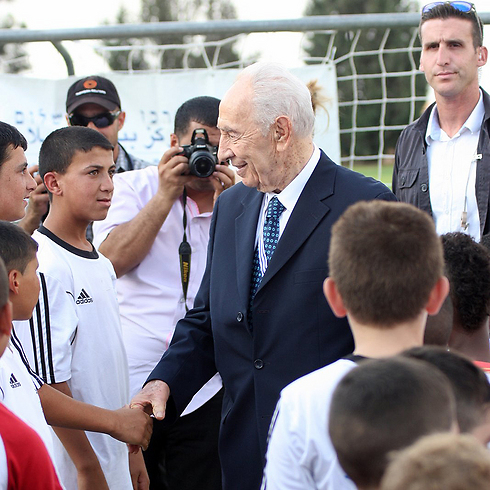 Peres meeting the program's participants (Photo: Roi Idan)