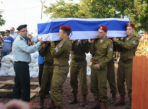 Paratroopers carrying Shalev's casket (Photo: Avihu Shapira)
