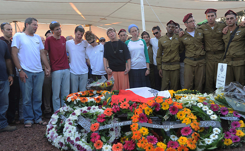 Grieving over the burial site of Shalev (Photo: Avihu Shapira)
