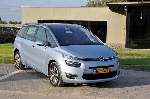 """סיטרואן C4 פיקאסו, 16.1 ק""""מ לליטר. מכוניות שמצוידות בהנעת כלאיים או מנוע דיזל בולטות לטובה (צילום: רועי צוקרמן)"""