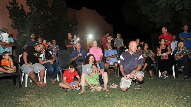 Kibbutz Nahal Oz families farewell gathering in Kibbutz Urim (Photo: Haim Hornstein)