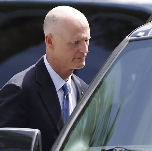 Florida Governor Rick Scott at service (Photo: EPA)