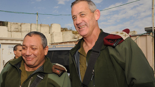 Eizenkot as GOC Northern Command with IDF chief of staff Benny Gantz (Photo: Aviyahu Shapira)