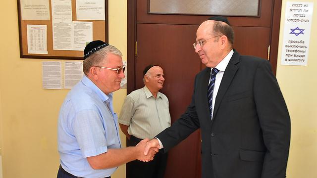 נפגש עם ראשי הקהילה היהודית (צילום: אריאל חרמוני, משרד הביטחון)