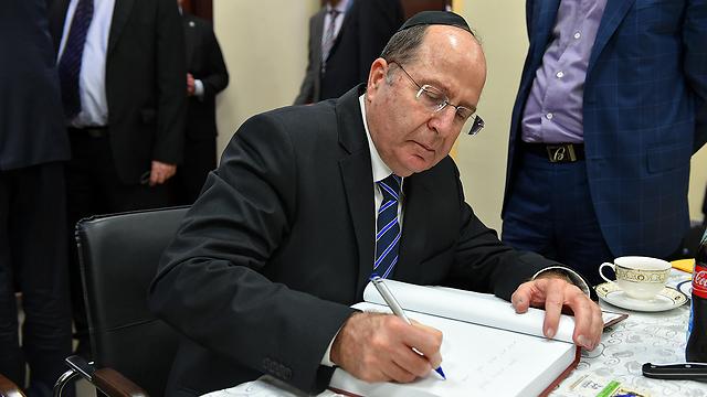 חותם על ספר האורחים (צילום: אריאל חרמוני, משרד הביטחון)