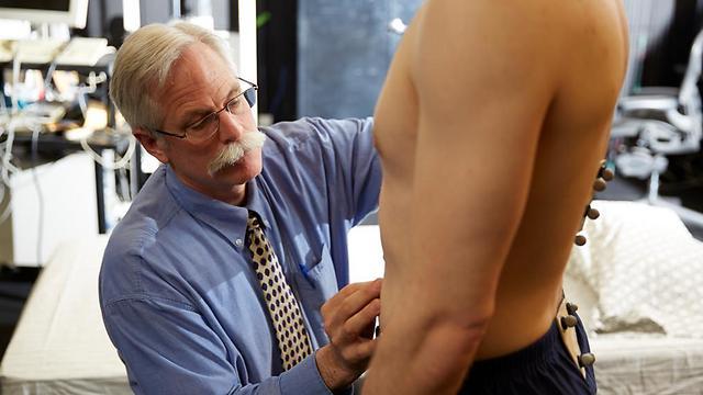 נמנעים מסקס בגלל כאב הגב. פרופ' מקגיל מחבר אלקטרודות למתנדב בניסוי ()