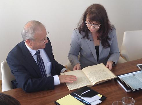 בכיר משרד החוץ רוני לשנו בעיירה טרצ'ין, שבה קיבל מסמכים נדירים ששפכו אור על גורל משפחתו שחלקה נספה בשואה ()