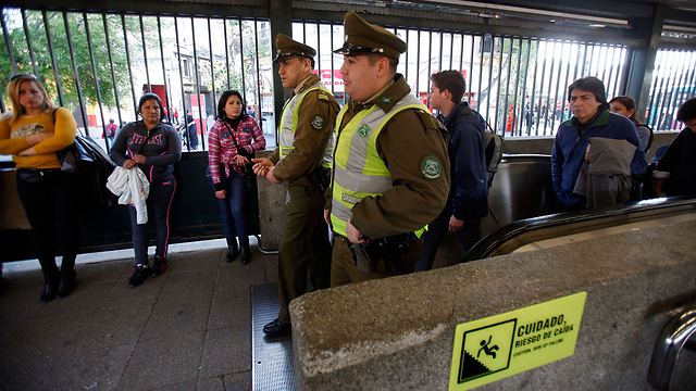 אנשי אבטחה, אחרי שחפץ חשוד התגלה ברכבת התחתית (צילום: AP)
