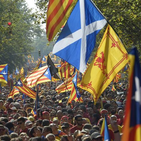 דגל סקוטלנד בהפגנה בברצלונה (צילום: AP)
