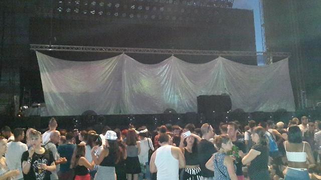 הבמה לפני ההופעה. קטנה יחסית (צילום: עמית קוטלר)