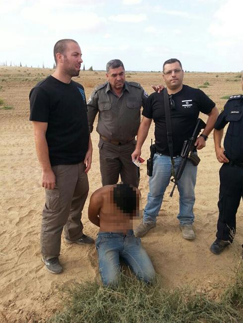 הפלסטיני שנלכד בשוקדה עם אנשי הביטחון באזור (צילום: רפי בביאן)