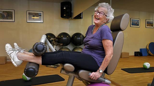 כיף להזדקן. בת 80 משבדיה במכון כושר (צילום: AP)