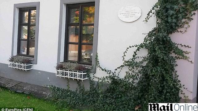 שלט הזיכרון בבית בעיירה טרבון ()