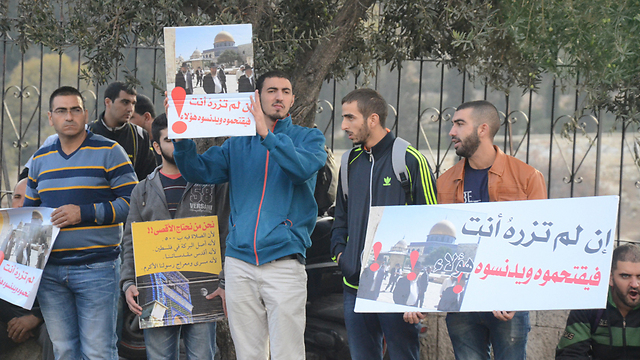Palestinian protesters stand at the entrance of al-Aqsa mosque in Jerusalem. (Photo:Mohammed Shinawi)