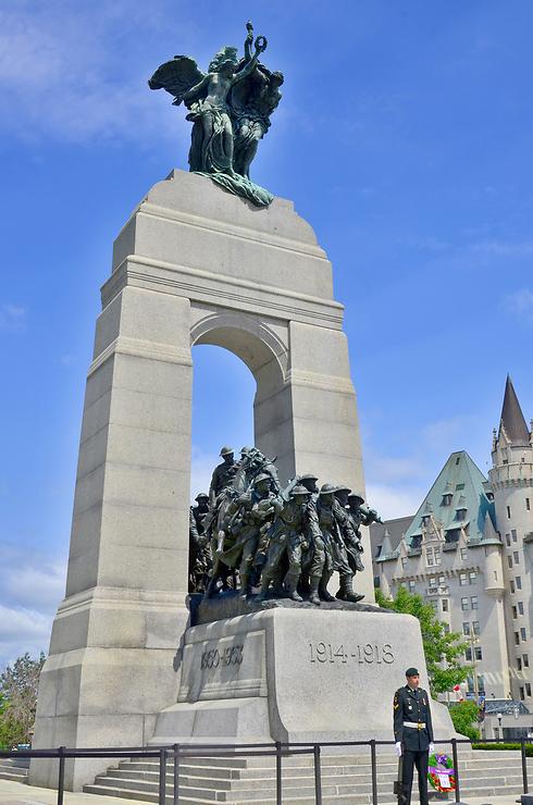 הוקמה ב-1939 לזכר חללי מלחמת העולם ה-1. האנדרטה הלאומית של קנדה, אוטווה (צילום: shutterstock)