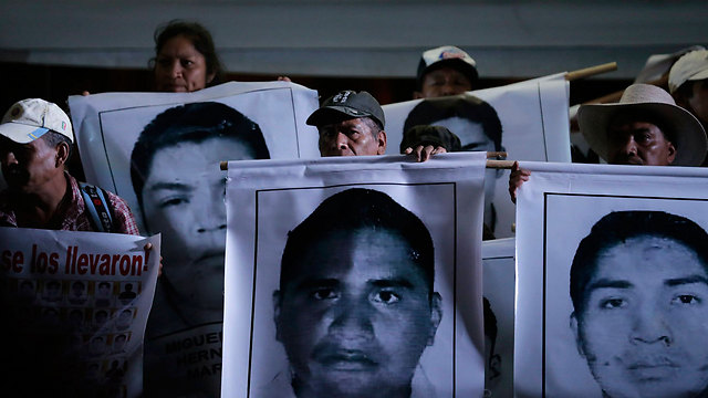 משפחות הסטודנטים הנעדרים במכסיקו סיטי (צילום: רויטרס)