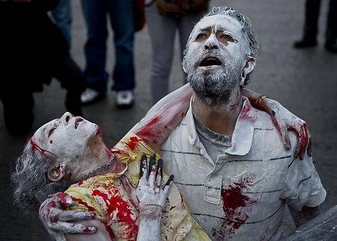 מפגינים במכסיקו סיטי דורשים לחקור את היעלמות הסטודנטים (צילום: AFP)