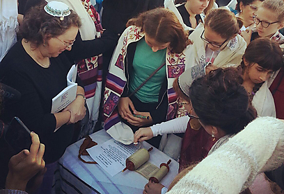Reading from the tiny Torah scroll (Photo: Women of the Wall)