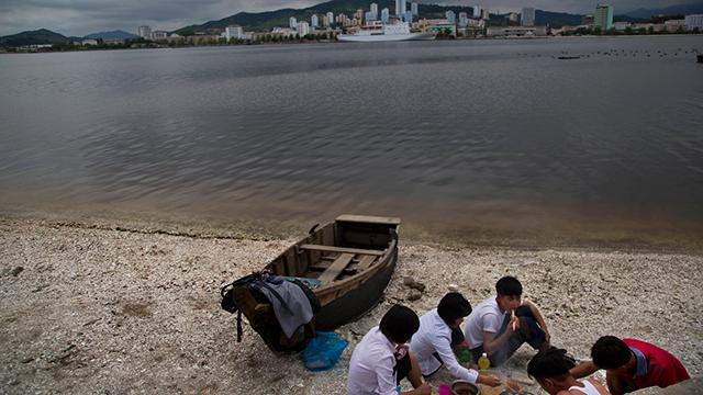 צעירים עורכים פיקניק על החוף בוונסאן (צילום: AP)