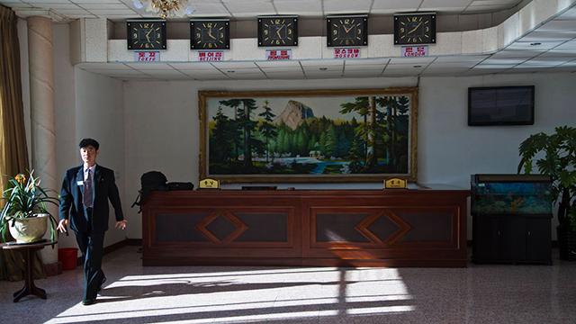 עובד בית מלון בצ'ונגג'ין (צילום: AP)