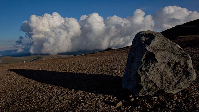 סלע על דרך ליד פסגת הר פאקטו (צילום: AP)