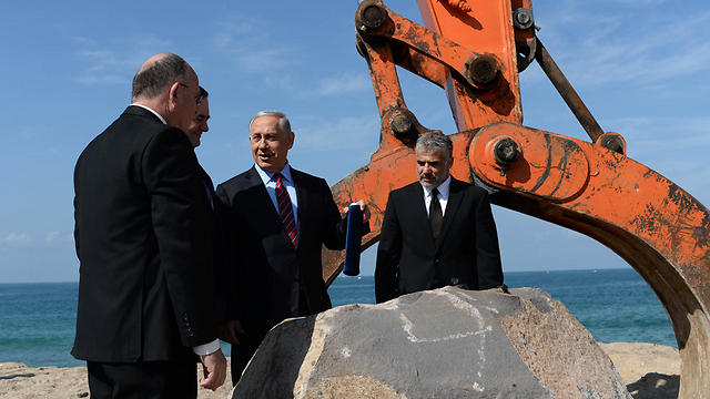 Netanyahu and Lapid at port ceremony (Photo: GPO)