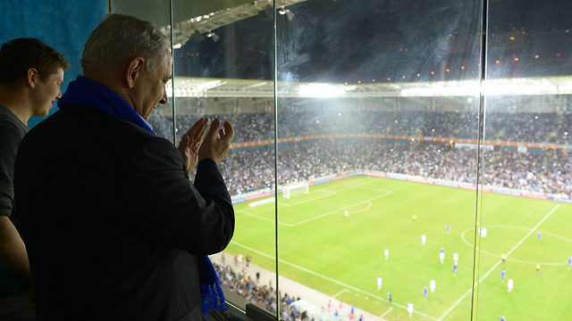 Netanyhu at game (Photo: Amos Ben Gershom, GPO)