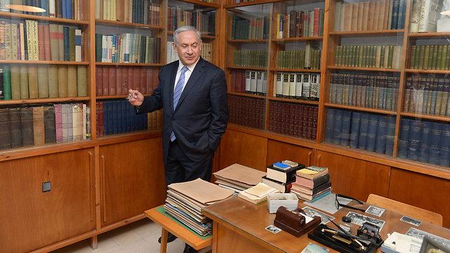 Netanyahu visits Ben-Gurion's Hut in Sde Boker (Photo: Amos Ben-Gershom, GPO)