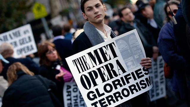"""מפגינים בעקבות האופרה """"מות קלינגהופר"""" שנטען שמהללת את רוצחיו הפלסטינים של יהודי (צילום: רויטרס)"""