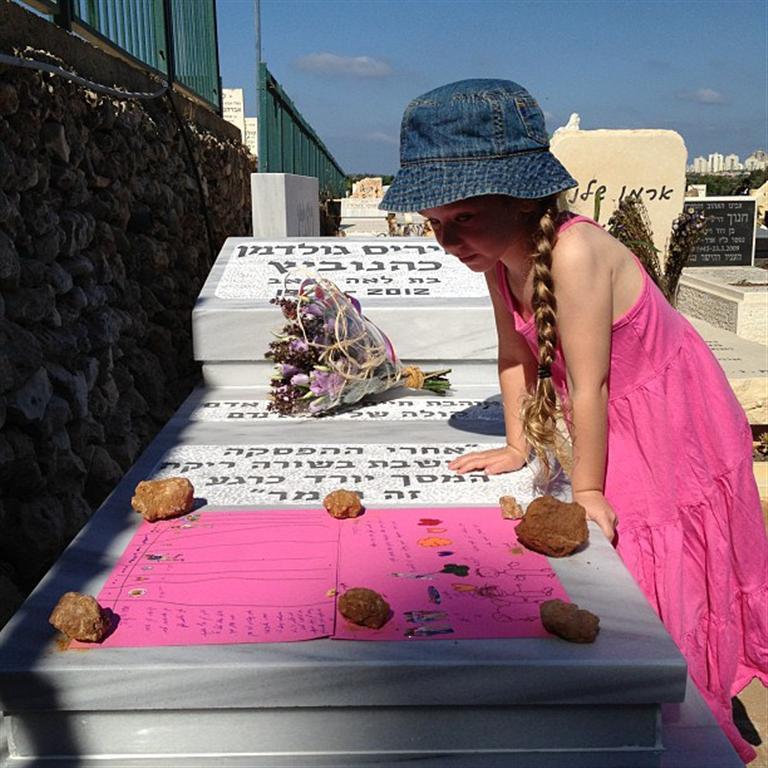 דר ליד קברה של איריס. ההחלטה לא לקחת אותה להלוויה הייתה נכונה (צילום: דרור כהנוביץ')