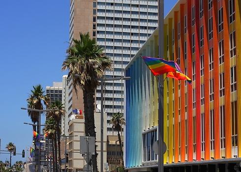 דגל גאווה מול מלון הגאווה, דן תל אביב (צילום: shutterstock)