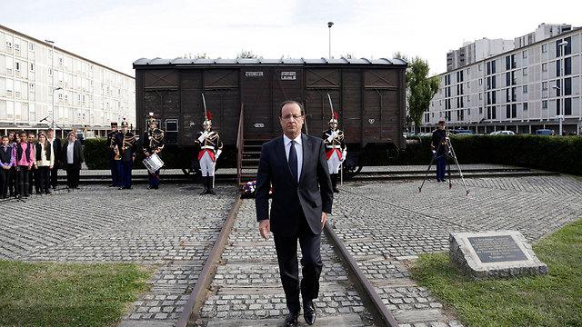 נשיא צרפת פרנסואה הולנד באנדרטה (צלום: AP)