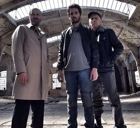"""מארק איווניר עם רן דנקר ומוני מושונוב ב""""תא גורדין"""" (צילום: גיל אזרחי)"""