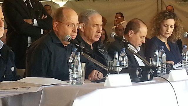 """רה""""מ נתניהו (באמצע) עם שר הביטחון יעלון והשר לפיתוח הנגב והגליל שלום בעיר הבה""""דים, היום (צילום: בראל אפרים)"""