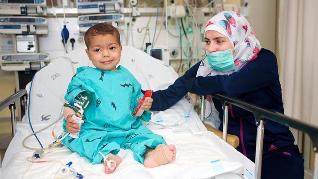 ללא השתלת כליה וכבד לא היה שורד. איימן אלחטיב ואמו וואפה (צילום: מרכז שניידר לרפואת ילדים)