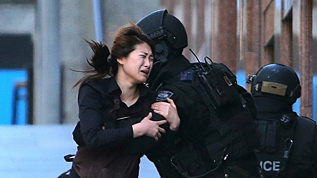 Hostage escapes Sydney cafe after terrorist takes over (Photo: AP)