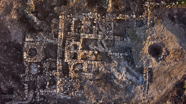Aerial photo of farm house (Photographic credit: Skyview Company, courtesy of the Israel Antiquities Authority)