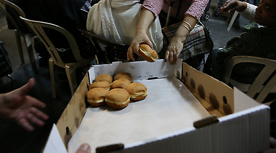 Volunteers give out food to needy (Photo: Yaron Brener)